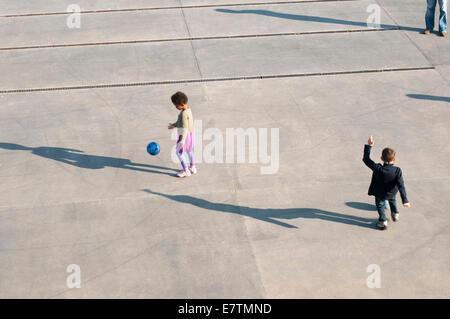 Kinder Ball spielen und Erzeugung von Schatten - Stockfoto