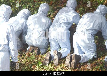 Hanwell London, UK. 24. September 2014. Forensische Untersuchungen Offiziere Suche im Bereich für Beweise wie Verhalten - Stockfoto