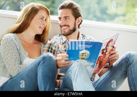 Paar drinnen entspannen - Stockfoto
