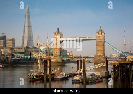 Sonnenaufgang auf der Themse mit Tower Bridge und die Scherbe darüber hinaus, London, England - Stockfoto