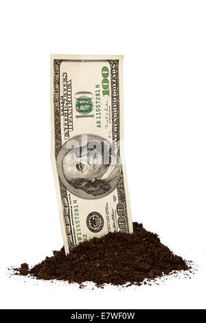 Haufen von Boden mit hundert-Dollar-Schein, isoliert auf weißem Hintergrund. - Stockfoto