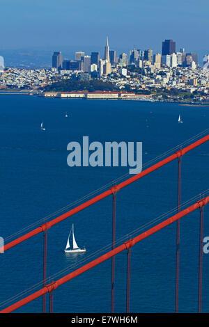 Golden Gate Bridge, die Innenstadt von San Francisco und Yacht, San Francisco Bay, Kalifornien, USA - Stockfoto