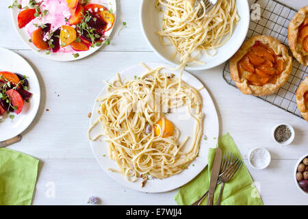 Chaotisch Spaghetti, rote Beete Salat und Aprikose Torte Reste - Stockfoto