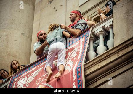 """24. September 2014. Barcelona, Spanien: Ein Mitglied der """"Castellers de Sants"""" wird auf dem Balkon des Rathauses - Stockfoto"""