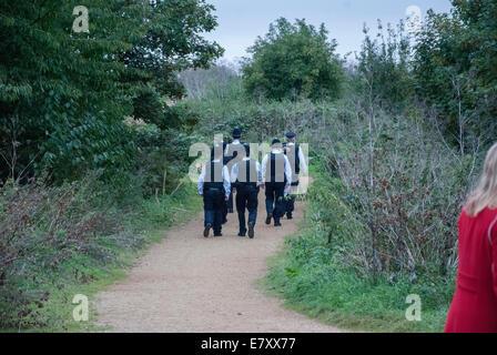 London, UK. 26. September 2014. Uniformierte Polizisten zu Fuß im Elthorne Park in West London, wie ein Interessengebiet - Stockfoto