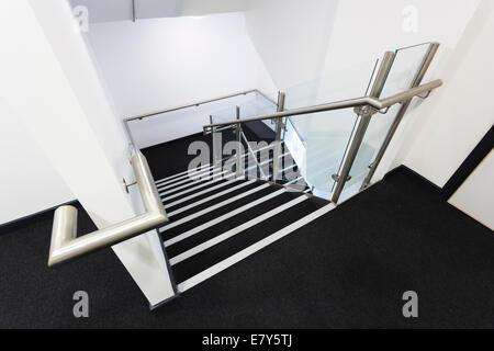 Auf der Suche nach modernen Schule Treppe hinunter. - Stockfoto