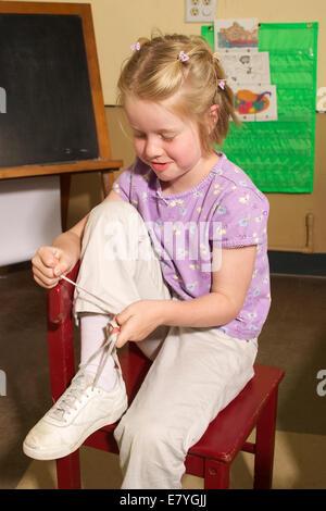 m dchen lernen ihre schn rsenkel zu binden stockfoto bild 8574637 alamy. Black Bedroom Furniture Sets. Home Design Ideas