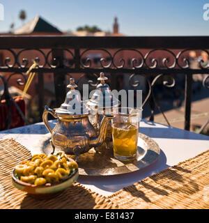 Platz in der traditionellen Pfefferminztee und Oliven, serviert mit Blick auf den Place Jemaa el-Fnaa in Marrakesch. - Stockfoto
