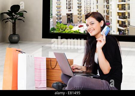 9eff6ea0d8b9bf ... indische schöne Frauen online-shopping mit laptop - Stockfoto