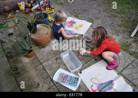 Kinder malen Wasser-Farbe-Kunst außerhalb Stockfoto