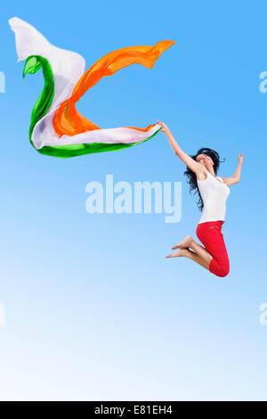 indische patriotischen Mädchen springen Park Spaß Dupatta - Stockfoto