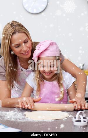 Mutter und Tochter backen Kekse in der Küche - Stockfoto