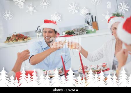 Glückliche Familie klirren die Gläser Weißwein - Stockfoto