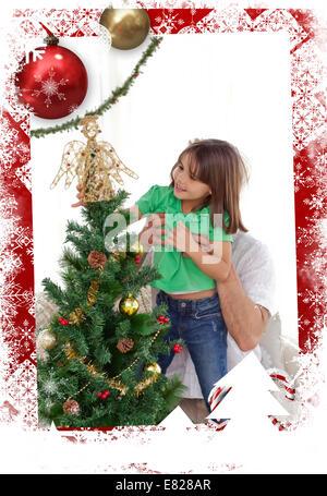 Zusammengesetztes Bild des aufmerksamen Vater hält ihre Tochter um den Weihnachtsbaum schmücken - Stockfoto