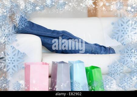 Frau auf dem Sofa nach shopping-tour - Stockfoto