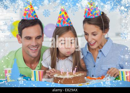 Zusammengesetztes Bild von kleinen Mädchen, die ihre Kerzen ausblasen - Stockfoto