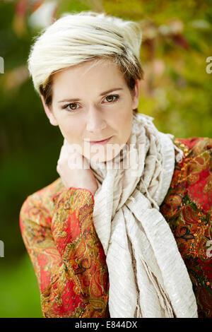Porträt von Mädchen trägt Pulli und Schal - Stockfoto
