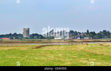 Englischen Coastal Village von Orford in East Anglia, England über der Mündung aus gesehen - Stockfoto