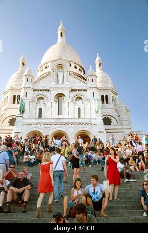 Menschen - Touristen sitzen auf den Stufen von Sacré Coeur Kirche in den Abend, Montmartre, Paris, Frankreich Europa - Stockfoto