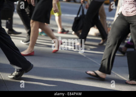 Menschen zu Fuß entlang E. 42. St.in Manhattan, NYC. - Stockfoto