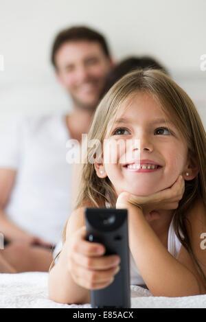 Kleine Mädchen-Holding-Fernbedienung - Stockfoto