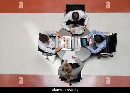 Büroangestellte, die Arbeit in den Pausenraum - Stockfoto