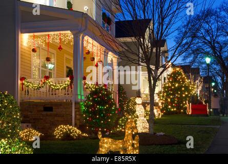 Diese traditionelle, viktorianische Häuser in einer Stadt/Weihnachtsdorf sind für die Weihnachtszeit dekoriert. - Stockfoto