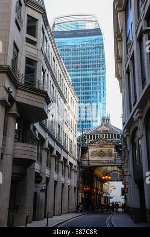 Leadenhall Market Whittington Avenue mit 20 Fenchurch Street Hochhaus im Hintergrund, London England Vereinigtes - Stockfoto
