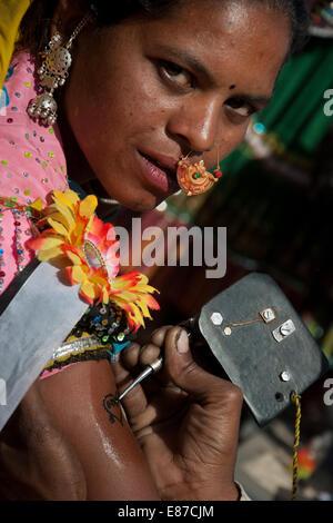 Tattoo-Künstler, Tattoo auf eine Hand ein Garasia Stamm Frau, Rajasthan, Indien - Stockfoto