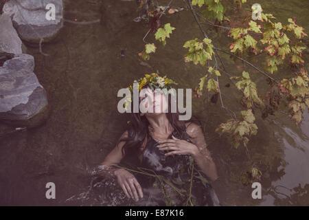 Junge schöne Frau im Fluss Stockfoto