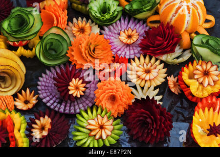 Schmuck aus Obst und Gemüse auf den Tisch. - Stockfoto
