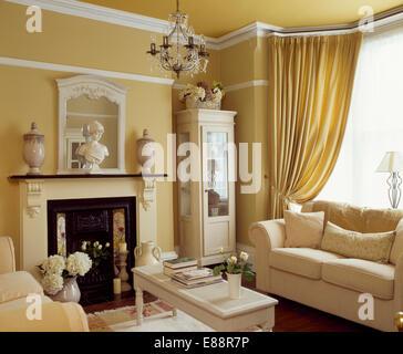 Creme Sofa Vor Fenster Mit Cremefarbenen Vorhngen In Strohfarbenen Wohnzimmer Kamin