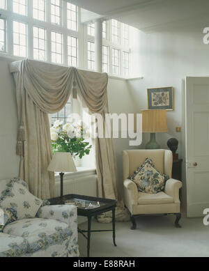 ... Sahne Swagged Und Angebundene Vorhänge Am Fenster Im Land Wohnzimmer  Mit Cremefarbenen Sessel   Stockfoto