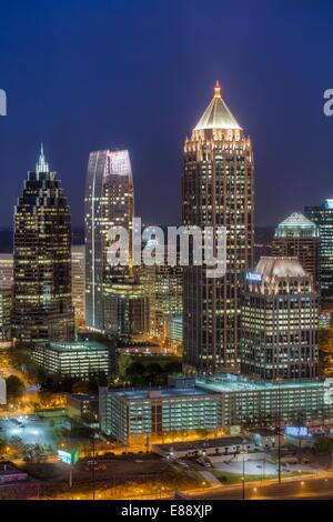 Erhöhten Blick auf die Interstate 85, vorbei an der Atlanta Skyline, Atlanta, Georgia, Vereinigte Staaten von Amerika, - Stockfoto