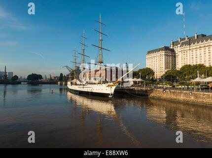 Blick von der Puente De La Mujer des Museo Fragata Sarmiento und River, Puerto Madero, Buenos Aires, Argentinien - Stockfoto