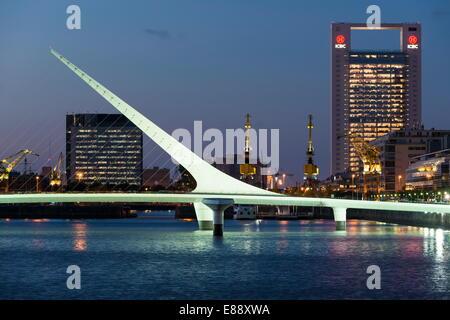 Puente De La Mujer (Brücke der Frau) in der Abenddämmerung, Puerto Madero, Buenos Aires, Argentinien, Südamerika - Stockfoto