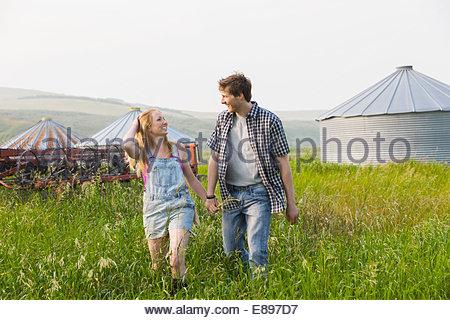 Paar Hand in Hand und Wandern im ländlichen Bereich - Stockfoto