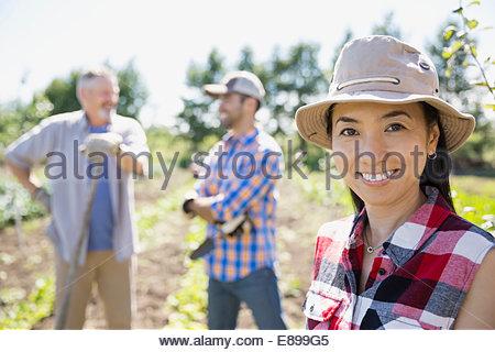 Porträt der lächelnde Frau im Gemeinschaftsgarten - Stockfoto