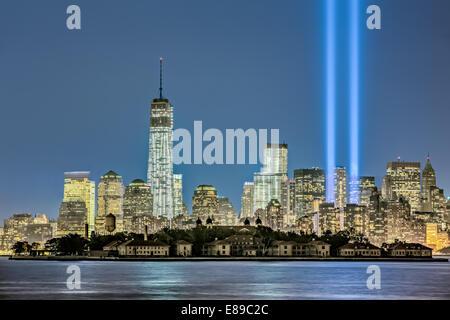 One World Trade Center neben zwei Lichtstrahlen oben in den Himmel schießen, während New York Citys jährliche Tribute - Stockfoto