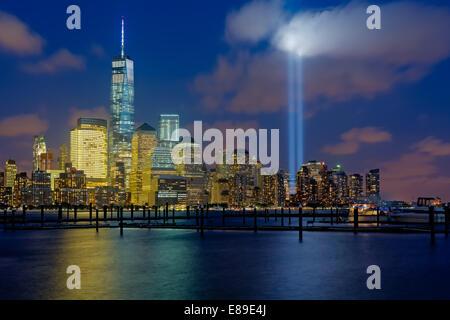 One World Trade Center, die gemeinhin als der Freedom Tower mit den zwei Lichtstrahlen beim 911 Tribut - Stockfoto