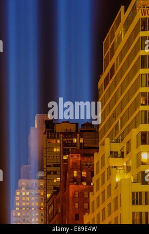 Zwei Balken leuchten shinning während der World Trade Center-September 11 Tribut in New York City in den Nachthimmel. - Stockfoto