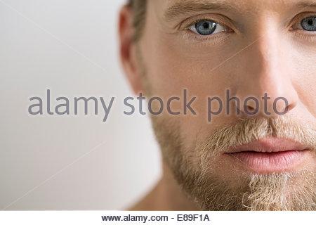 Porträt des Menschen mit blonden Haaren hautnah - Stockfoto