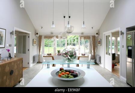 Außergewöhnlich ... Anhänger Beleuchtung über Insel Gerät In Große, Moderne Küche Und  Esszimmer   Stockfoto