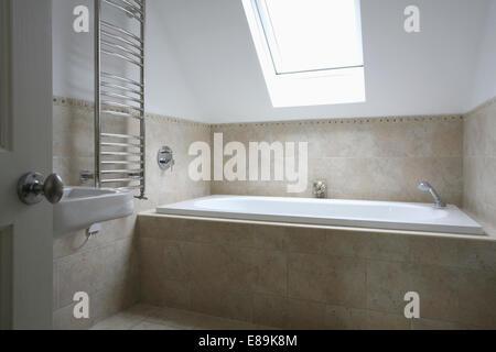Velux-Fenster über der Badewanne im modernen Badezimmer Stockfoto ... | {Badewanne dachgeschoss 49}