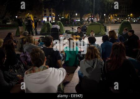 Barcelona, Spanien. 2. Oktober 2014.  Menschen hören zu einem Sänger im Zentrum von Barcelona. Mehrere hundert Separatisten - Stockfoto