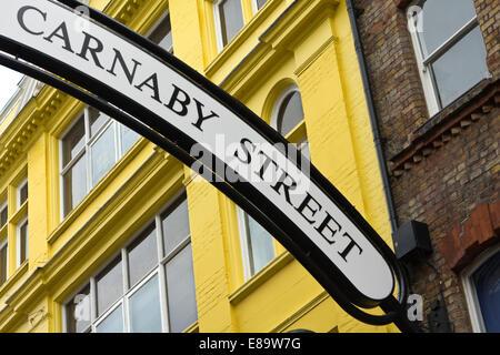 Carnaby Street ist eines der berühmtesten Einkaufsstraßen in London. Es ist ein Symbol der Jugend-Kultur aus den - Stockfoto