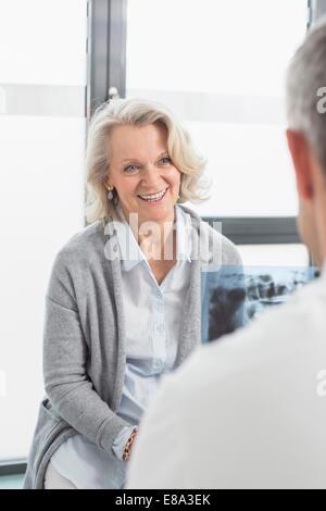 Arzt besprechen Behandlung mit Patienten - Stockfoto