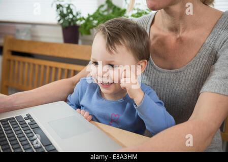Mutter und Sohn mit Laptop, Nahaufnahme - Stockfoto