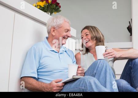 Glückliches Paar Kaffeetrinken zu Hause - Stockfoto