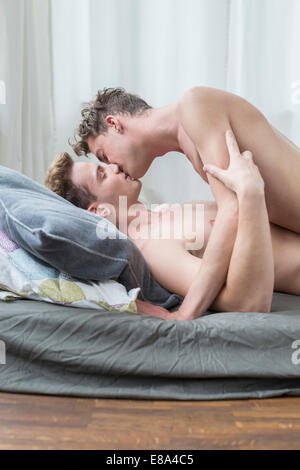Homosexuelles Paar Kssing miteinander im Bett - Stockfoto